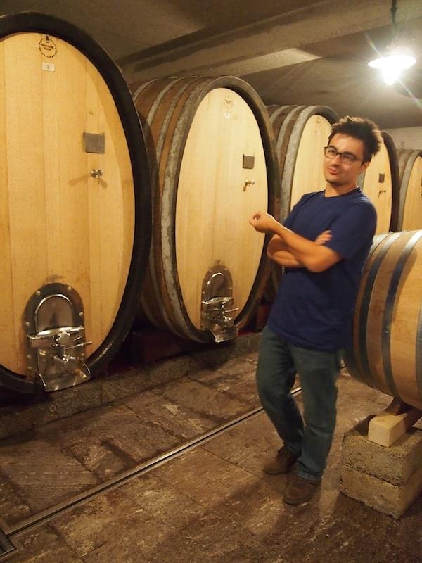Lukas Polz geht mit uns durch die Kellerei und erklärt uns Wissenswertes rund um den Ablauf bei der Traubenernte, der Verarbeitung im Keller sowie der Lagerung der Weine.