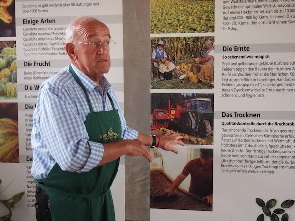 """Gernot Becwar, vom Feuer der Leidenschaft über die Verarbeitung des """"schwarzen Goldes der Steiermark"""" ergriffen, erzählt uns die Geschichte & Zusammenhänge der steirischen Kürbiskernölproduktion auf höchst interessante Art und Weise, spricht er doch aus mehreren Jahrzehnten an Erfahrung."""