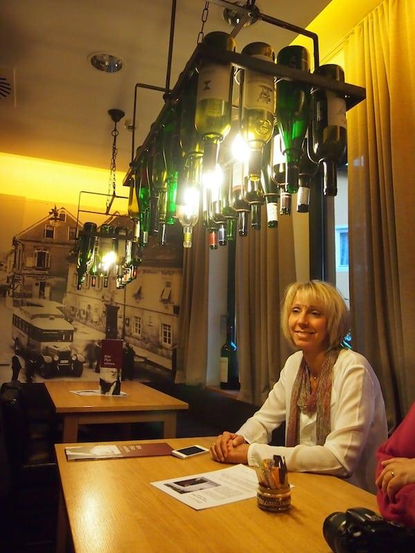 Katja findet's toll und stimmt sich wie wir an der Bar auf einen herrlich gemütlichen Abend ein ...
