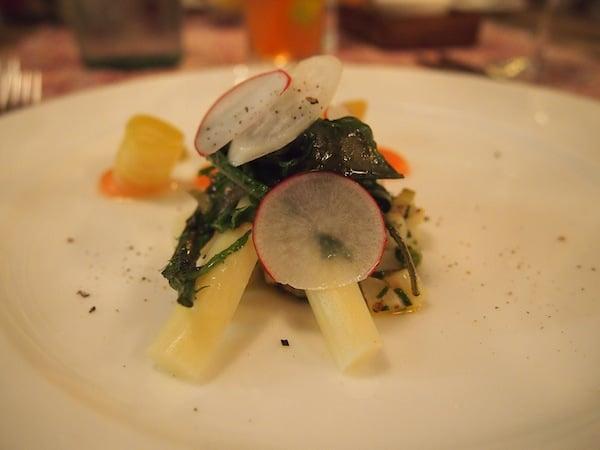 ... bald schon wartet das Restaurant mit Köstlichkeiten wie dieser leichten Vorspeise mit frischem Salat und Spargel auf ...