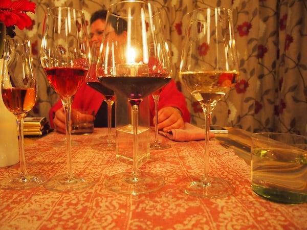 """... sowie zu jedem Gang die passende Weinbegleitung: Nach drei langen Verkostungstagen sind wir jedoch nicht mehr so trinkfest und fotografieren die großartigen Weine lieber, als sie allesamt auszutrinken. """"It's a hard life!"""" :D"""