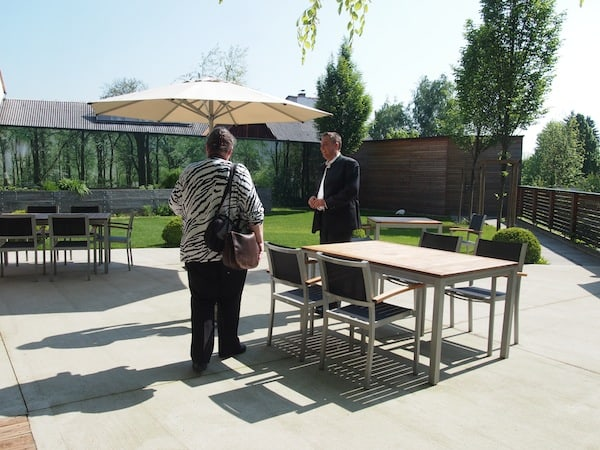 Das Hotel Stainzerhof befindet sich mitten im Ortskern von Stainz und erstrahlt seit 2011 in völlig neuem Design. Hier begrüßt uns Gastgeber Peter Steinwidder auf der grünen Terrassen-Oase direkt hinter dem Haus.