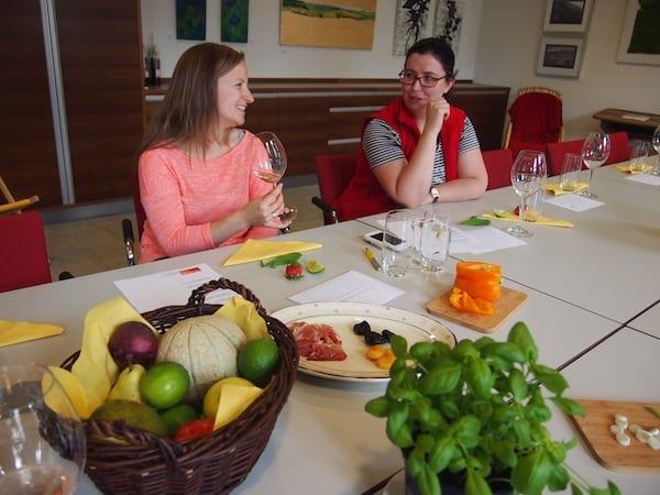 """Fachsimpeln, um (endlich, wirklich!) mitreden zu können. Meine liebe Freundin & Weinkennerin Anna Zell veranstaltet in der Vinothek Horitschon im Mittelburgenland gerne kompetente Weinseminare wie diesen Rotwein-Workshop """"Kirsche im Glas""""!"""