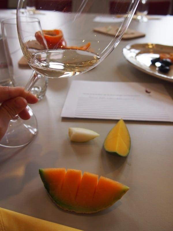 Wir lernen, Aromen zu entscheiden und Geschmäcker des Weines den wir verkosten bestimmten Obst- oder Gemüse- sowie auch Schokoladesorten zuzuordnen. So macht eine professionelle Weinverkostung gleich noch viel mehr Spaß!