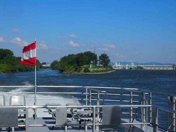 Beim Verlassen des Donaukanals unmittelbar nach Wien gibt der Schnellkatamaran Gas: Nur 75 Minuten dauert die Überfahrt von Wien Schwedenplatz nach Bratislava Stadt.