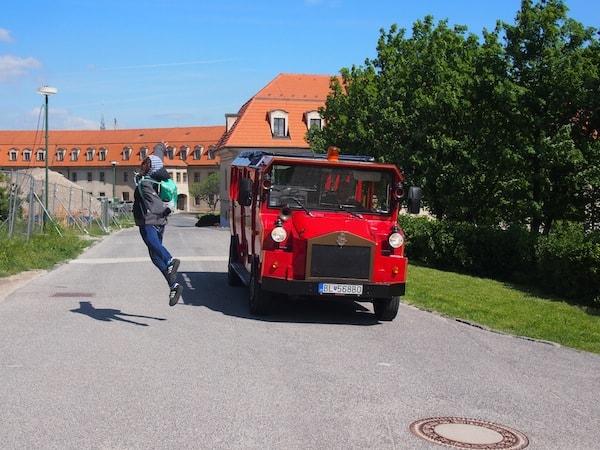 """Cori von den """"TravelPins"""" nimmt es da gelassener und setzt zum """"Sprung aus dem Stadtrundfahrtswagen"""" an - was Reiseblogger für ein kreatives Foto so alles machen. ;)"""