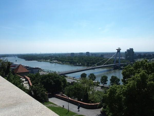 """Bratislava vereint sowohl die hügeligen Ausläufer der """"Kleinen Karpaten"""", auf denen wir hier stehen, als auch die endlose Ebene Pannoniens Richtung Süden, verbunden durch die Donau in der Mitte. Die Stadt hat rund 450.000 Einwohner bei fast gleich vielen Stadtbezirken wie Wien - ein Verwaltungsaufwand der laut Richard reduziert werden sollte."""