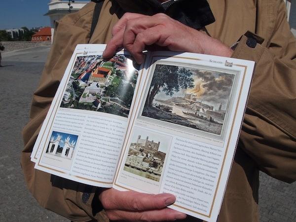 Mittels Büchern erklärt er uns Zusammenhänge und Wirkungsgrad ehemaliger Herrscher, war hier doch auch mal eine Hochburg der österreichisch-ungarischen Doppelmonarchie mit der Stadt Pressburg, heute Bratislava.