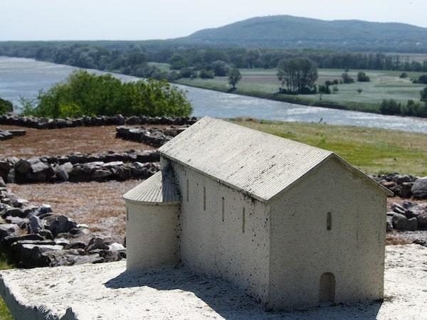 Ein Modell erinnert heute, wo früher eine Kaserne stand: Schon die Römer und davor die Kelten wussten sich diesen einmalig fruchtbaren Landstrich am Donaustrom zunutze zu machen.