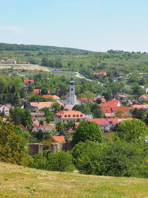"""Die romantisch gelegene Kleinstadt Theben (""""Devinj"""") begeistert mich schon ob ihrer Ähnlichkeit zum """"schönen Ortsbild"""" vieler eigener, österreichischer Städte."""