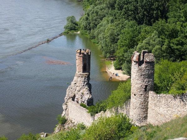 HIer blicken wir auf die Donau hinab, direkt an der Grenze zwischen Österreich und der Slowakei.