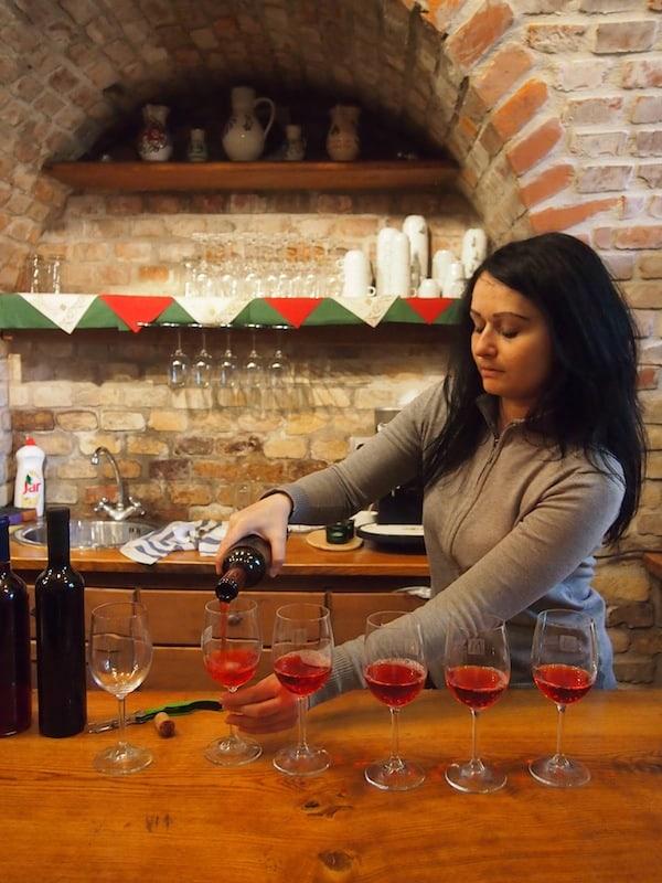 """Ein sicherer Weg, """"es besser zu machen"""", lautet auf Völkerverständigung, Vertrauenschaffen und Nähe erleben. Wo geht dies besser als beim Besuch eines örtlichen Weinkellers? ;)"""