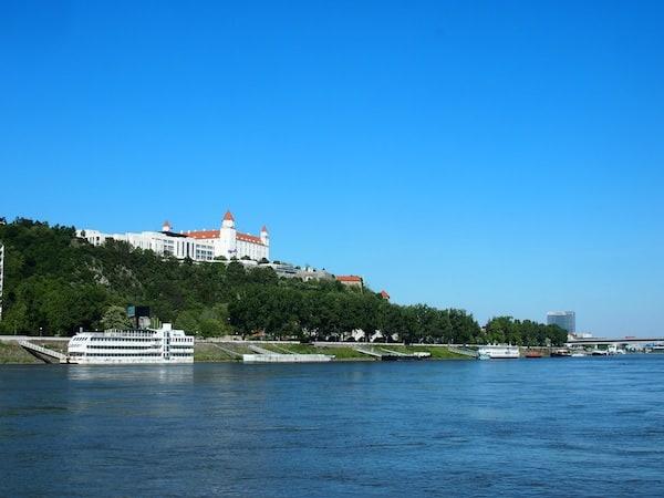 Vorbei an wunderbar romantischen Ausblicken wie diesen: Die Burg noch über der Stadt Bratislava in der Slowakei kündet von der Ankunft im Nachbarland.