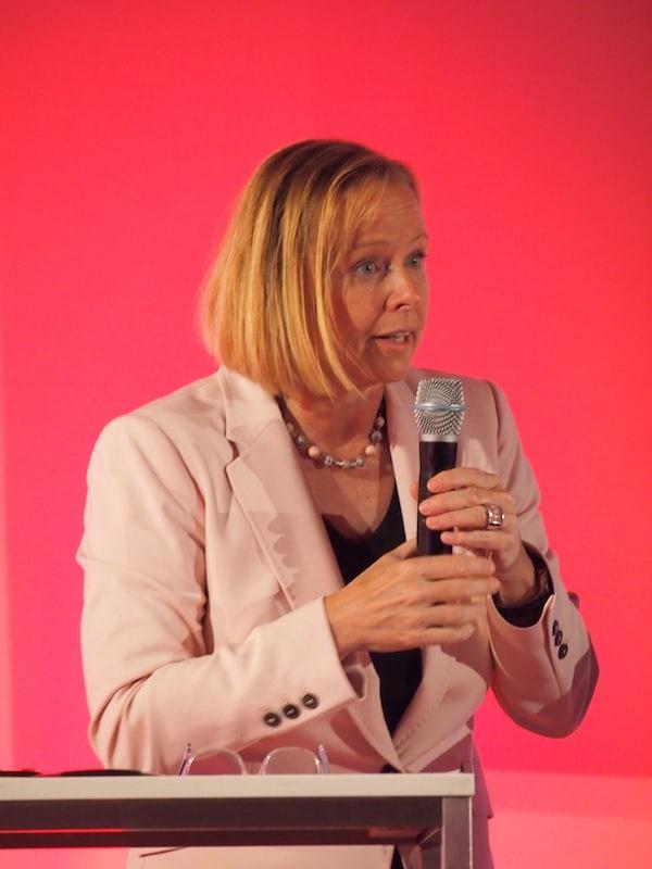 Petra Stolba begeistert durch ihre Leidenschaft während der kurzen Eröffnungsrede des ÖW Tourismustages in Bad Tatzmannsdorf.