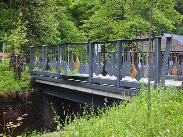 Hier hat er die Brücke zu seinem Hammerwerk mit künstlerisch gestalteten, eisernen Regentropfen versehen.
