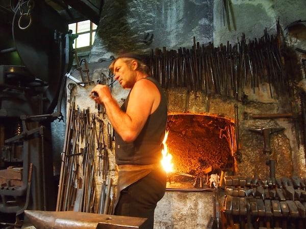 """... während Sepp Eybl nach und nach """"die Eisen aus dem Feuer holt"""" ..."""