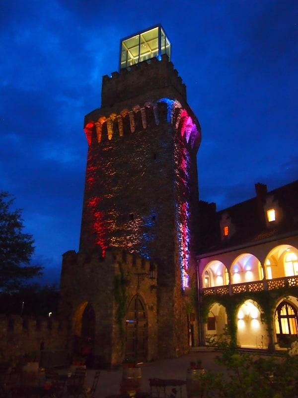 """... bevor es direkt vor dem Schloss Waidhofen zur """"kunstvoll-kreativen"""" Führung mit dem historischen Nachtwächter geht ..."""