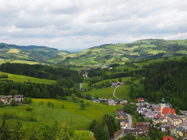 Der Ausblick von hier oben ist ebenso schön wie klassisch: Blick auf ein süßes kleines Dorf mit viel grüner Landschaft im niederösterreichischen Mostviertel.