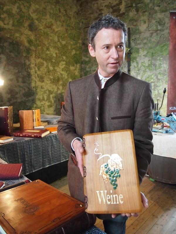 Unter den Kreativen hier am Handwerksmarkt Reinsberg findet sich gar ein Buchbinder, welcher seine Einbände selbst aus Holz oder regionalen Stoffmustern herstellt!