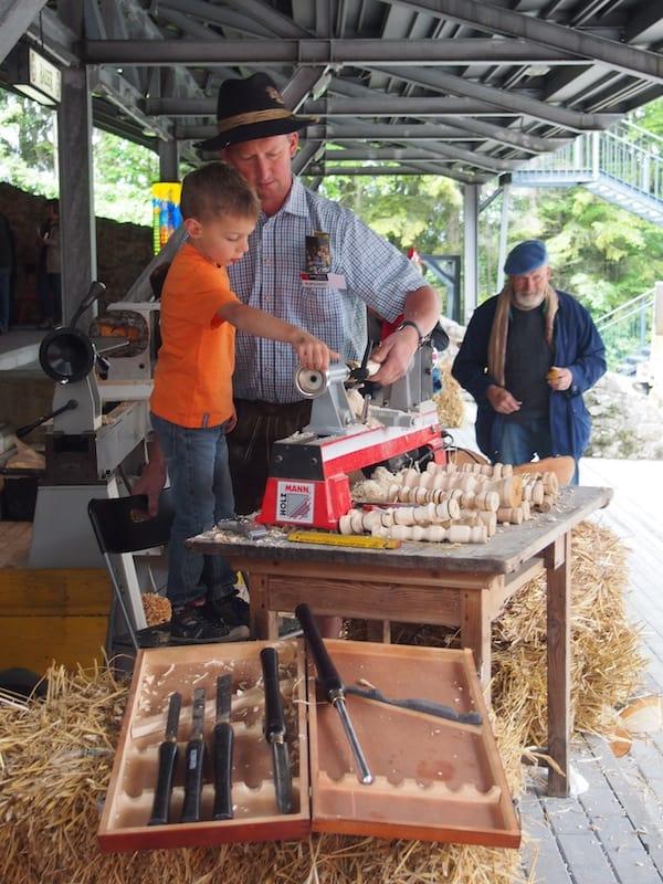 ... hin zum Drechseln mit Holz: Die Palette des kreativen Gestaltend auf dem Handwerksmarkt Reinsberg ist so vielfältig und bunt wie seine Besucher.