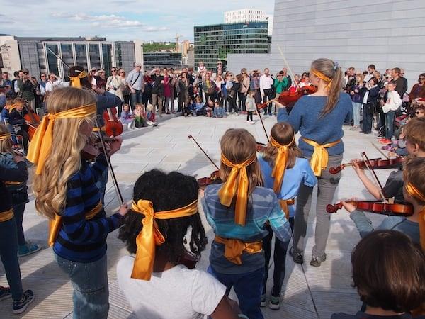 """Oben angekommen, begeistert uns diese junge Gruppe talentierter Musiker: Das """"Geigen-Happening"""" umfasst mehrere Stücke, einen Art """"Eintanz"""", Capoeira-artige Tanzeinlagen und großartige Darbietungen mehrerer Schüler- und Lehrergruppen gleichzeitig. Frei zugänglich. Einfach so. Just for fun. Wir LIEBEN es.!"""