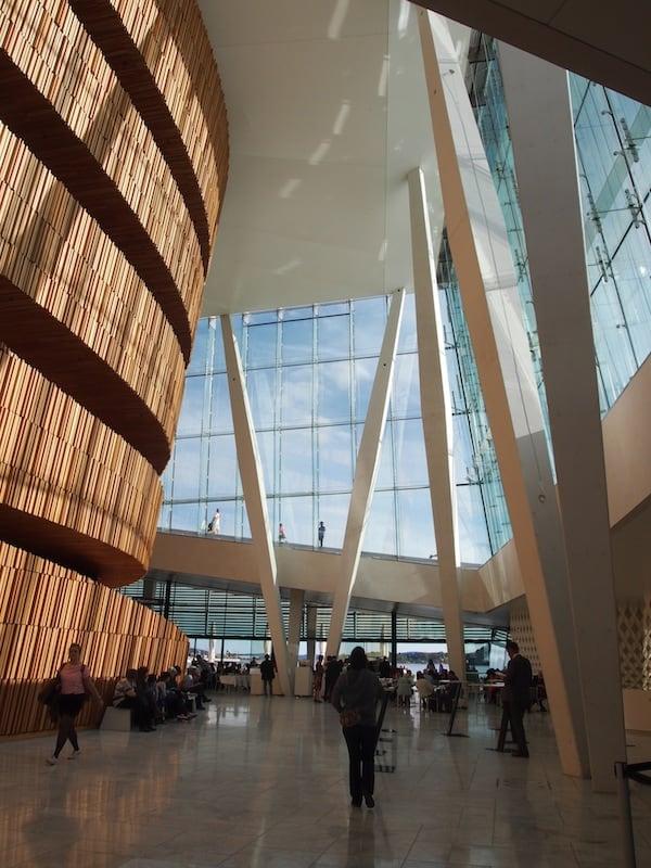 Die Innenarchitektur des Opernhauses alleine ist schon gewaltig: Was für ein zauberhafter, gigantischer und schön lichtdurchfluteter Raum.