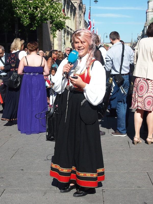 Schon früh am Morgen, ein Bild für Götter: Norwegische Fernsehmoderatorin in Tracht am Nationalfeiertag des 17. Mai 2014.
