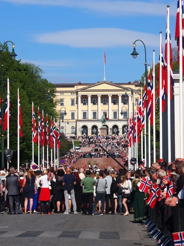 ... da kann nicht mal der Anblick der Menschenmenge auf der Paradestraße zum Königsschloss in Oslo aus der Ruhe bringen.