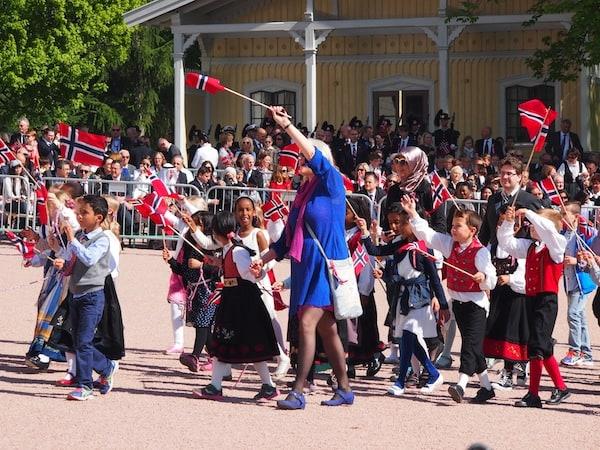 ... und wieder: Parade vor dem Königsschloss in Oslo.