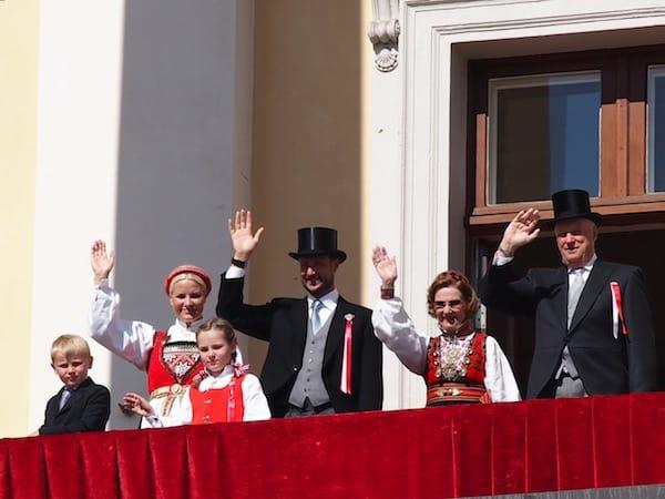 ... den Blick auf diese liebenswerte Königsfamilie zu gewinnen: Links die Kinder Marius und Aleksandra, Kronprinzessin Mette-Marit und ihr Mann Kronprinz Haakon sowie rechts Königin Sonja und König Harald von Norwegen.