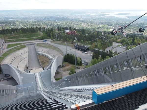 Der Blick von der Schisprungschanze Holmenkollen etwas überhalb der Stadt Oslo verrät: Atemberaubend schön ist es hier (ja, hier darf und möchte ich dies abgedroschene Wort benutzen).
