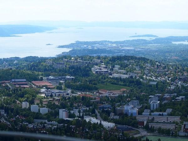 Mehr davon gibt es auch hier zu sehen: Blick über einen Stadtteil von Oslo sowie den dahinterliegenden Oslofjorden.