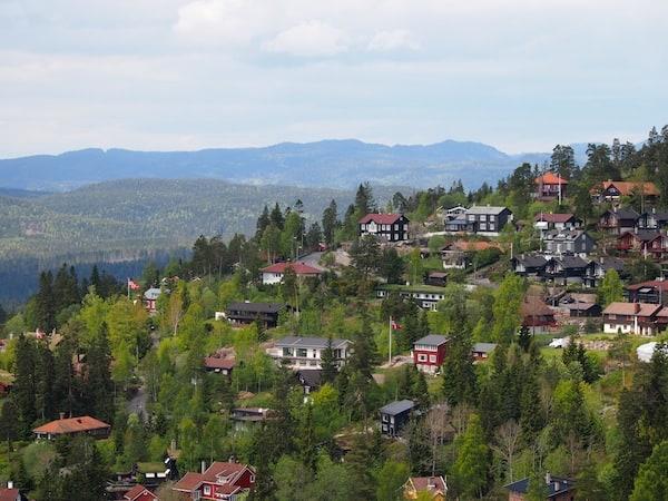 ... gleich dahinter beginnt die grüne Natur Norwegens mit ihren für uns Mitteleuropäer so typisch skandinavisch anmutenden, bunten Holzhäuschen.