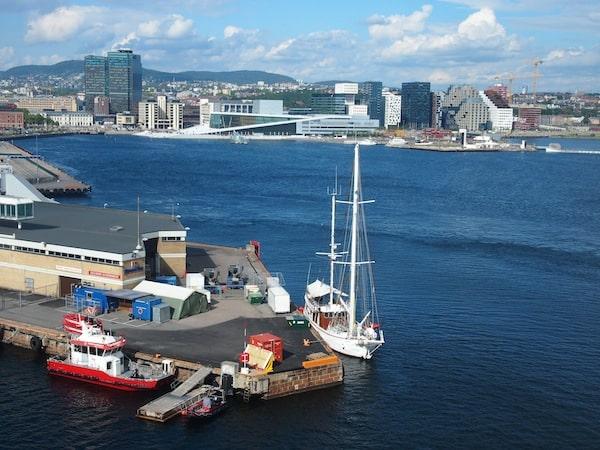 ... schon von weitem ist das Gebäude mit seiner modernen Architektur von unserem DFDS Seaways Fährschiff bei der Ankunft im Hafen von Oslo gut zu erkennen.