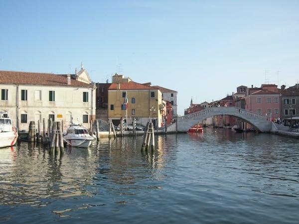 Mit dem Fährschiff gemütlich ablegen: Kaum in Chioggia angelangt, starten wir unseren ersten Ebike-Ausflug auf die winzige jedoch wunderschöne Insel Pellestrina.