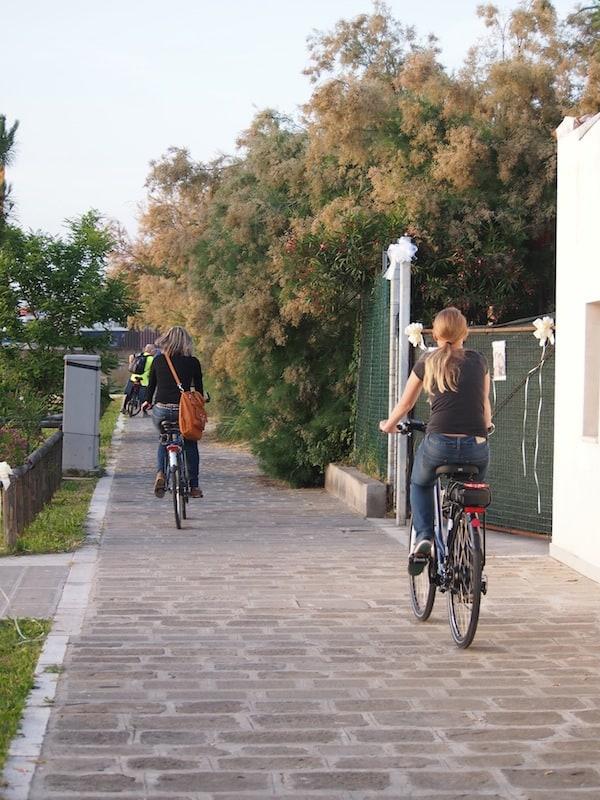 Hier gibt es tatsächlich nur einen Radweg, dem wir bereitwillig folgen ...