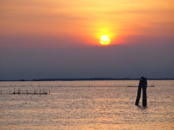 Neben der fast schon meditativ wirkenden Fahrt entlang der vielen Strandkilometer beruhigt auch der Blick zur Seite, direkt in den Sonnenuntergang ...