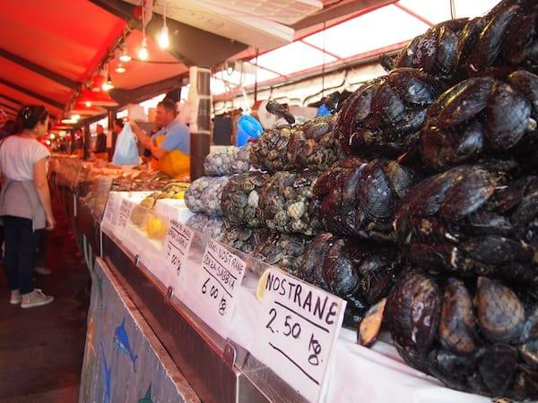 Vom Hotel Grande Italia aus geht es direkt zum ... Fischmarkt. Die meisten Menschen hier waren nämlich schon fleißig, und nicht so wie wir erst um 09.00 Uhr frühstücken ... Frischer Fisch in allen Farben, Formen & Größen wird hier feilgeboten.
