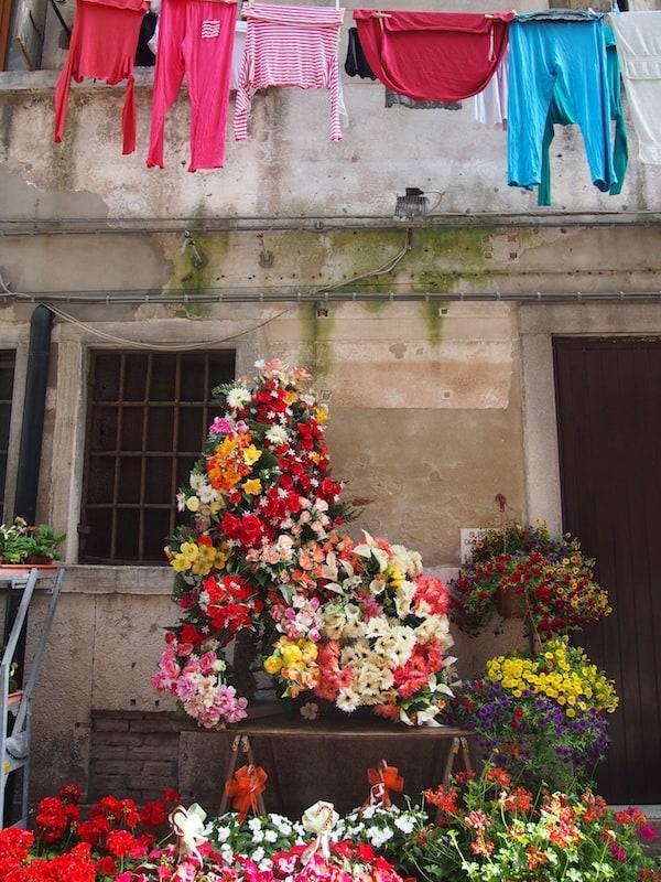 Auch das ist Italien: Buntes Stadtbild auf dem Weg zum Markt am Morgen.