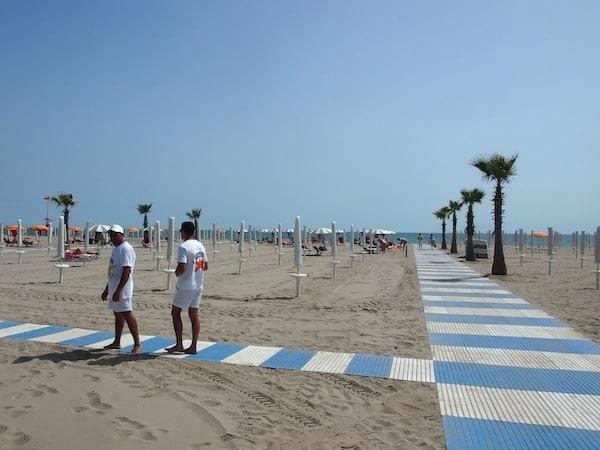 Wenig später erkunden wir den weitläufigen Strand Chioggias, an dem sich zu diesem Zeitpunkt noch kaum Menschen tummeln ...