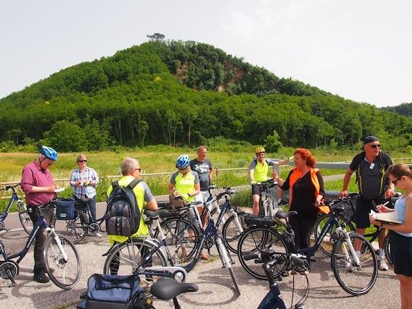 ... hier ist unsere wissbegierige Reisegruppe definitiv gut aufgehoben: Mit Radführerin Nicoletta ergründen wir die zauberhafte Landschaft rund um Eugenischen Hügeln nahe der Stadt Padua.