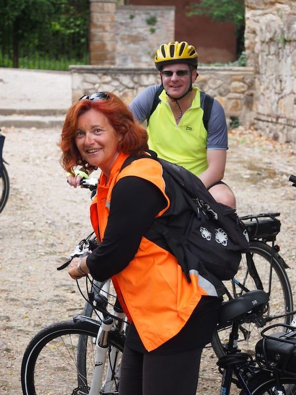 Es kann losgehen: Nicoletta sieht sich um, ob auch wirklich alle da sind - Radfahren mit historischem Landschaftserlebnis in Italien ist eine großartige Kombination.