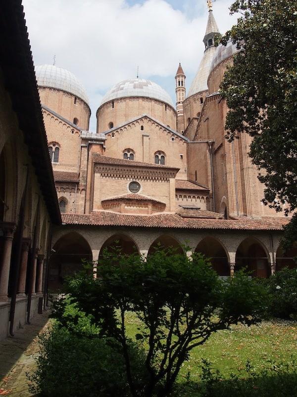 """Mitten in Padua empfiehlt sich der Besuch der Basilika des heiligen San Antonio. Erkennt Ihr das """"Gesicht"""" in der Außenfassade?"""