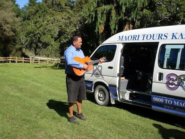 Zur Kultur der Maori gehören naturgemäß auch viele Lieder und mündlich überlieferte Traditionen: Heute spielt Maurice dazu auch gerne auf der Gitarre.