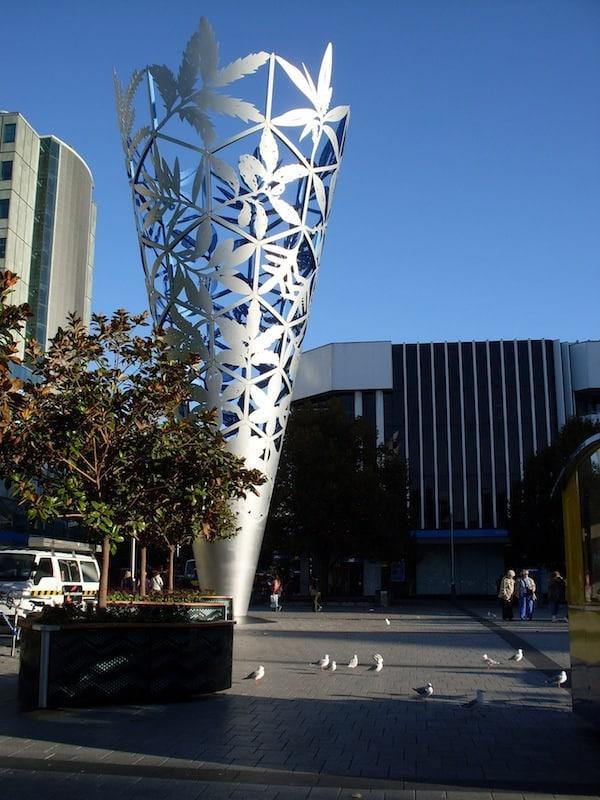 """Ankommen in Christchurch Zentrum: """"The Chalice"""", Neuseelands botanische Vielfalt repräsentiert in einem kunstvollen und übergroßen """"Pflanzenbecher""""."""