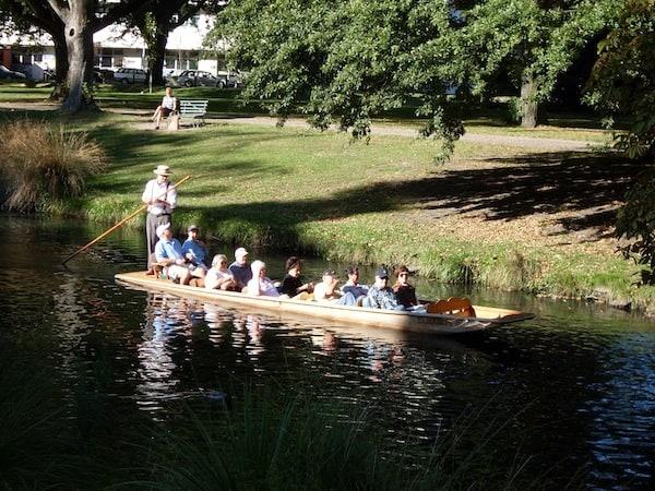 """... übrigens gibt es hier auch """"River Punting"""" wie in Cambridge, England: Kulturell und historisch ist die Stadt eng mit ihren ehemaligen englischen Auswanderern verbunden."""