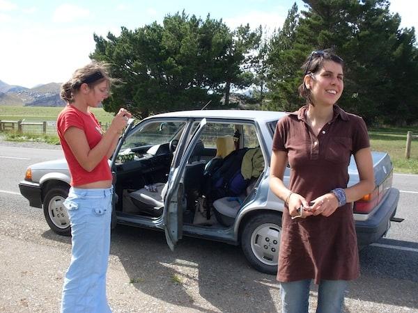 """Gemeinsam statt einsam: Mit """"meinen Hitchhikerinnen"""" on the road kurz vor dem Bergübergang Arthurs Pass im Zentrum von Neuseelands Südinsel."""