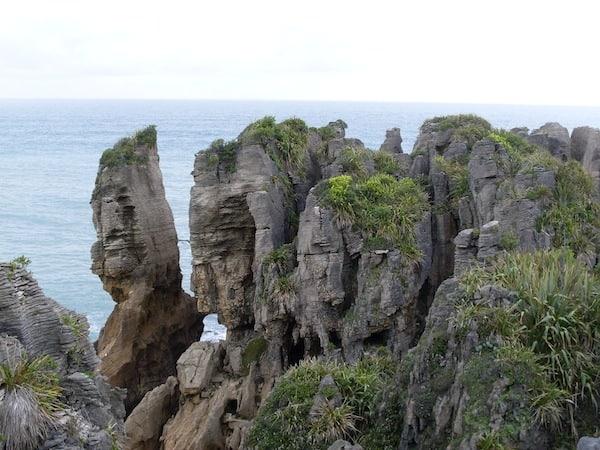 """Zum ersten Mal in meinem Leben sehe ich die berühmten """"Pancake Rocks"""", also """"Palatschinken-Steine"""" wie sie hier in Schichten nahe dem Ort Punakaiki vorkommen."""