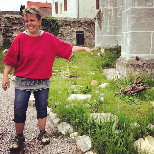 """Kräuterhexe Claudia weiht uns ein in ihren neu bepflanzten """"Kloster-Kräuter-Garten"""" ..."""