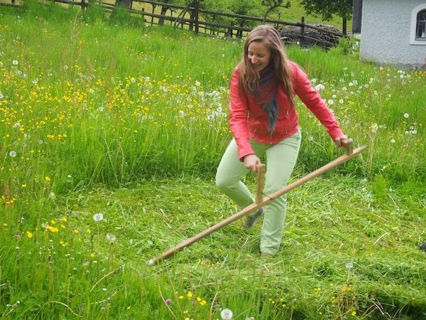Kreativ Reisen in meinem eigenen Heimatbezirk Niederösterreich, in Österreichs 1. Sensenmähschule im Mostviertel. Auf Reisen etwas Neues zu lernen bedeutet, sich der Leichtigkeit erster Lernerfahrungen als Kind anzunähern und das vollkommene Glück dieser Tage spüren zu können.